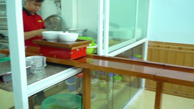 Phở tự động chạy ra từ bếp