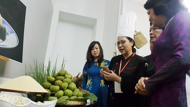 Nghệ nhân ẩm thực Hồ Thị Hoàng Anh giới thiệu các sản vật quý để làm nên dạ tiệc chay cung đình