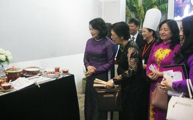 Phó Chủ tịch nước Đặng Thị Ngọc Thịnh (ngoài cùng bên trái) tham quan gian trưng bày về ẩm thực Việt Nam tại Bảo tàng Văn hóa Huế
