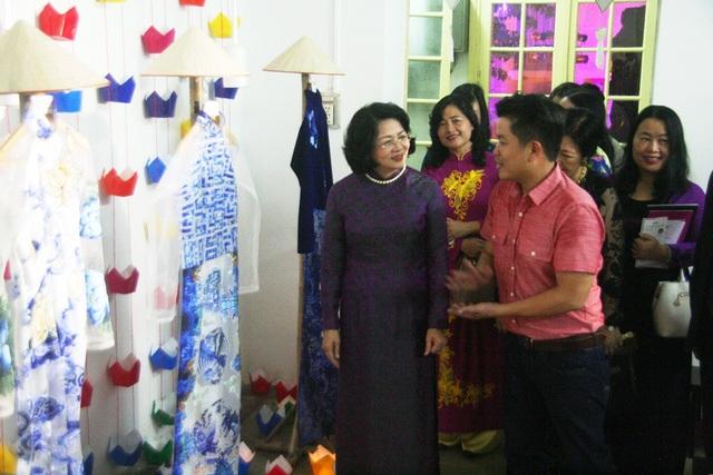 Nhà thiết kế trẻ Viết Bảo giới thiệu với Phó Chủ tịch nước áo dài hiện đại