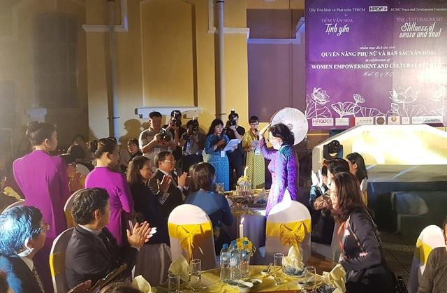Phó Chủ tịch nước Đặng Thị Ngọc Thịnh tươi cười vẫy tay chào các quan khách 21 nền kinh tế thế giới đang có mặt tại Huế