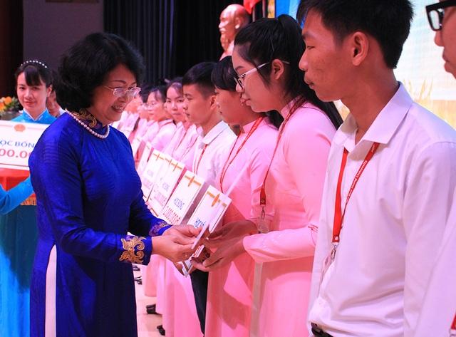 Phó Chủ tịch nước Đặng Thị Ngọc Thịnh trao học bổng đến sinh viên trường ĐH Tôn Đức Thắng.