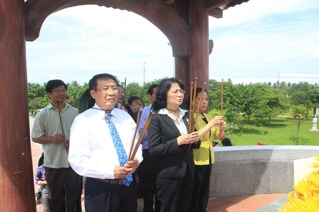 Phó Chủ tịch nước và lãnh đạo tỉnh Quảng Trị dâng hương tri ân liệt sĩ tại Thành cổ Quảng Trị