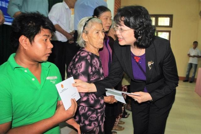 Phó Chủ tịch nước tặng quà cho các đối tượng có công, gia đình chính sách