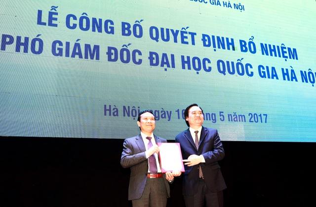 Bộ trưởng Bộ Giáo dục và Đào tạo Phùng Xuân Nhạ đã trao Quyết định bổ nhiệm cho tân Phó Giám đốc ĐHQGHN Nguyễn Hồng Sơn.
