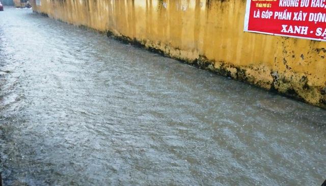 Đường ngõ bên cạnh công ty đường sắt Hà Ninh biến thành sông
