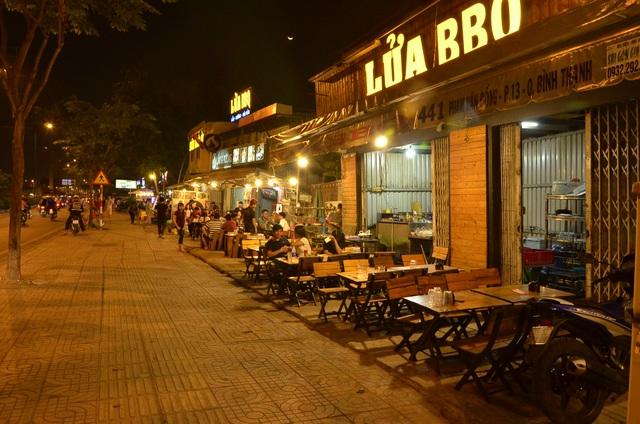 Vỉa hè trước hàng loạt quán nhậu trên đường Phạm Văn Đồng thông thoáng, sạch đẹp một cách lạ thường khi có đoàn kiểm tra