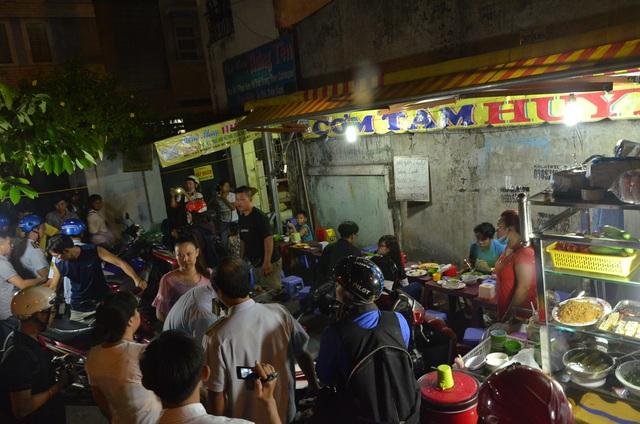 Một quán ăn lấn chiếm vỉa hè bị xử lý
