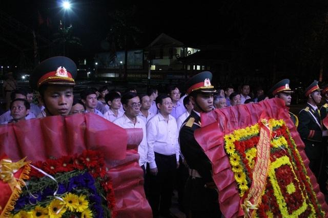 Phó Thủ tướng dâng hoa tại bờ Nam sông Thạch Hãn