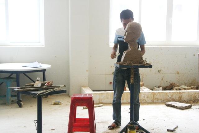 1 thí sinh duy nhất dự thi vào ngành Điêu khắc - Đại học Nghệ thuật - Đại học Huế. Thí sinh đang chuẩn bị để thi tiếp với bài thi của mình (ảnh chụp trước giờ vào thi tiếp chiều 4/7)