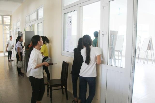 Bài thi các em vẫn còn dang dở để trong phòng sau buổi thi sáng. Buổi thi chiều nay (4/7) sẽ tiếp nối từ buổi thi sáng, các em sẽ hoàn thành bài vẽ Hình họa của mình