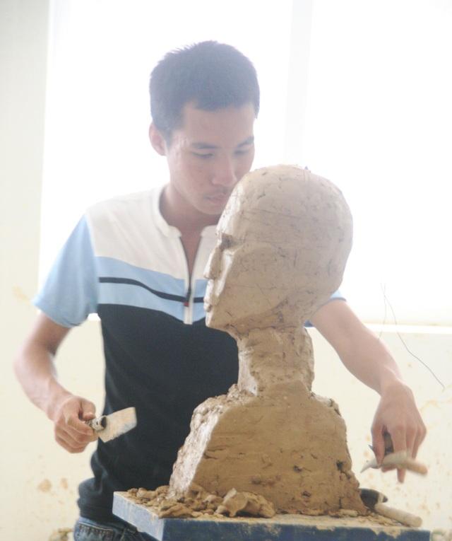Ở môn thi Tượng tròn của ngành Điêu khắc, thí sinh này có 1 ngày từ sáng đến chiều để hoàn thành tác phẩm.