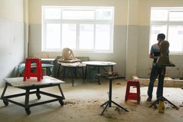 Trong lúc chờ người mẫu nam tới, thí sinh duy nhất người Huế này đang chuẩn bị các khâu cho tác phẩm của mình trước giờ làm bài buổi chiều