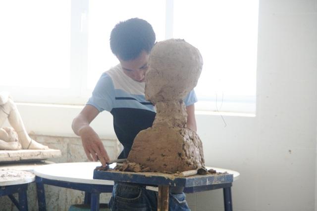 Phòng thi 1 thí sinh thi vào ngành Điêu khắc - 8