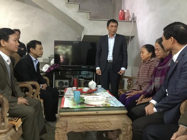 Ông Nguyễn Văn Phong- Phó Chủ tịch UBND tỉnh Bắc Ninh cùng các cơ quan đến thăm hỏi chia buồn với gia đình cháu Vũ Đình Cò