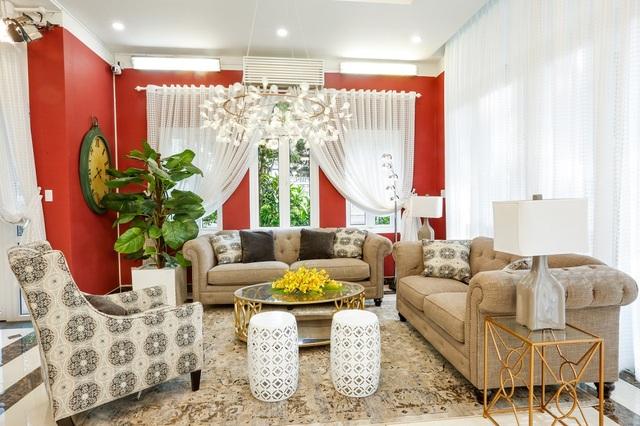 Căn biệt thự được trang trí nội thất cao cấp. Phòng khách được trang trí với gam màu nóng chủ đạo đến từ những bộ ghế sofa kết hợp cùng chiếc bàn gỗ đơn giản.