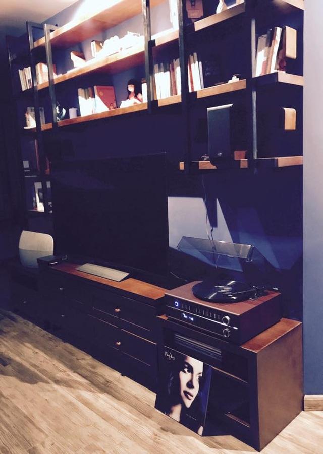 Phòng khách với dàn âm thanh và đĩa nghe nhạc mà nữ diễn viên yêu thích.
