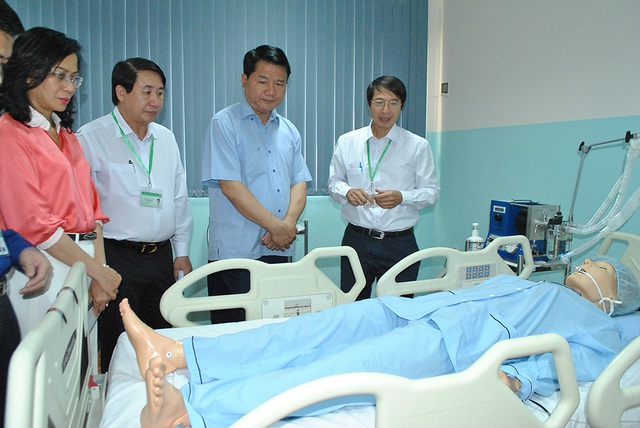Ông Đinh La Thăng (khi đó là Bí thư Thành uỷ TPHCM) thăm trường ĐH Y khoa Phạm Ngọc Thạch vào tháng 2/2017.