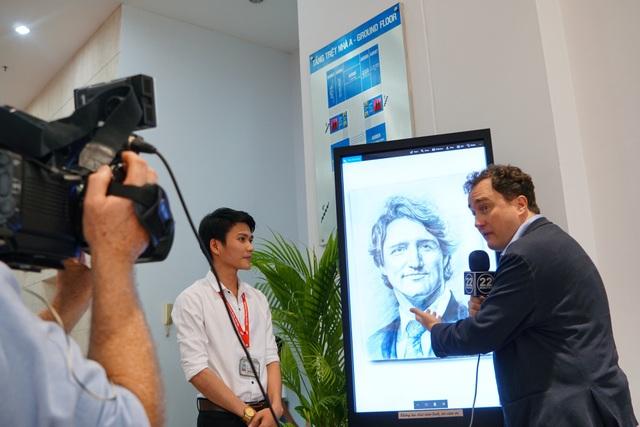 Sau buổi gặp với Thủ tướng Justin, phóng viên của Canada đã đến phỏng vấn Hậu về bức tranh em vẽ
