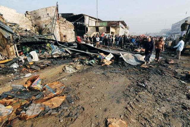 Hiện trường vụ bom xe tại thủ đô Baghdad, Iraq ngày 8-1. Ảnh: Reuters.