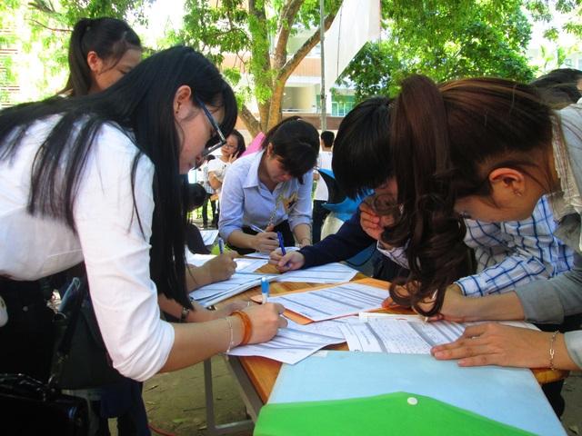 Sinh viên điền thông tin hoàn tất hồ sơ đăng ký tuyển dụng ngay tại một ngày hội việc làm ở Đà Nẵng.