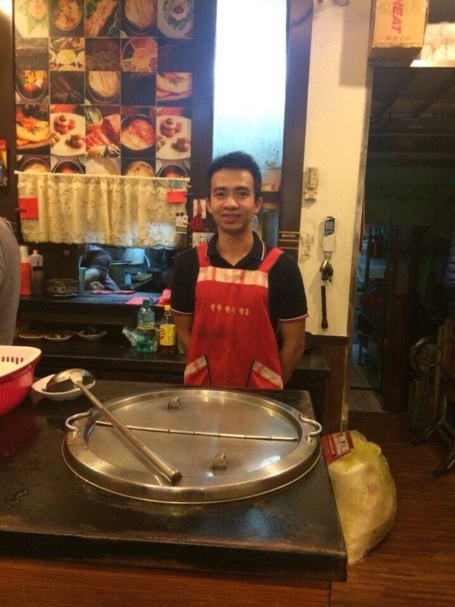 Nguyễn Minh Thành làm thêm tại quán ăn Hàn Quốc trong thời gian du học ở Đài Loan. Ảnh: NVCC