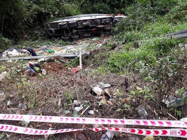 Hiện trường vụ tai nạn, chiếc xe tải BKS 63C- 031.62 nằm lọt dưới vực