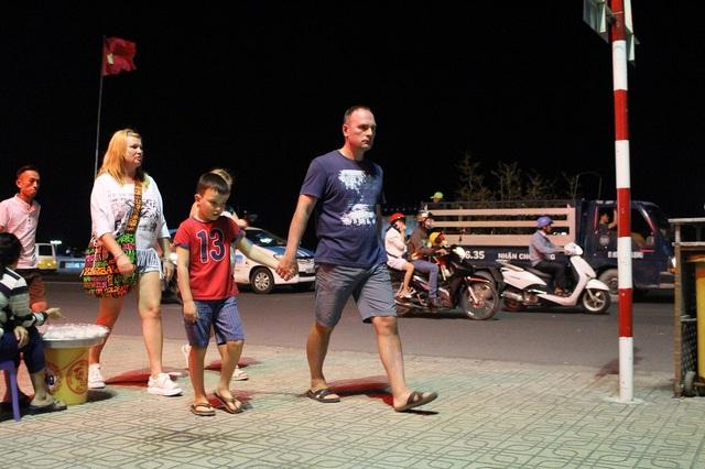 Du khách Nga ở Nha Trang ra đường đón năm mới Đinh Dậu, tối 30 Tết- Ảnh: Viết Hảo