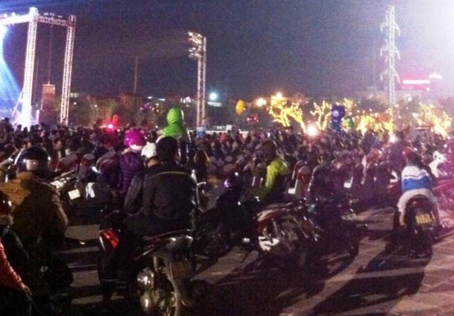 Hàng nghìn người dân thành phố Ninh Bình đổ về quảng trường Đinh Tiên Hoàng chào đón năm mới Đinh Dậu