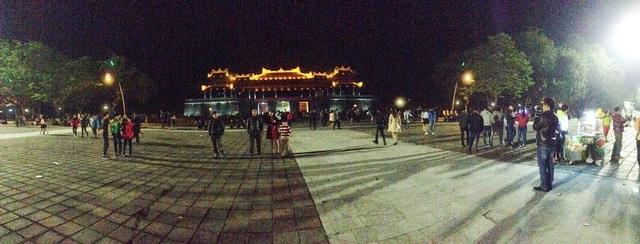 Tại Quảng trường Ngọ Môn - nơi diễn ra chương trình ca nhạc chào xuân nhưng vẫn rất ít người đến xem và vui chơi giờ phút Giao thừa