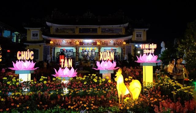 Nhiều người dân ở Hội An (Quảng Nam) nao nức lễ chùa ngay sau thời khắc giao thừa Tết Đinh Dậu 2017