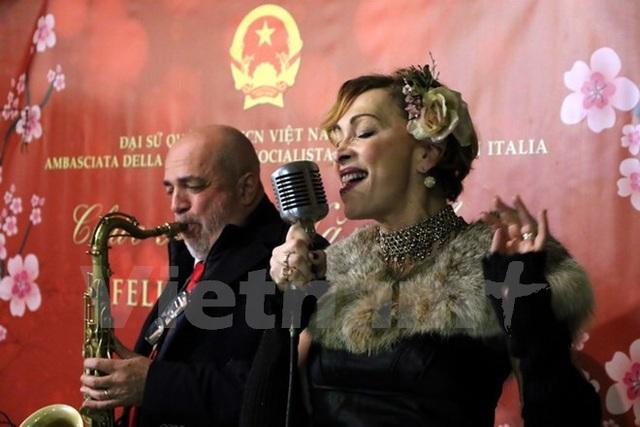 Nhóm nhạc jazz đến từ thành phố Torino biểu diễn phục vụ kiều bào đón Tết Đinh Dậu. (Ảnh: Đức Hòa/Vietnam+)