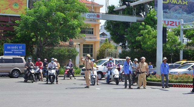 Cảnh sát giao thông điều tiết giao thông tại cửa ngõ sân bay Tân Sơn Nhất