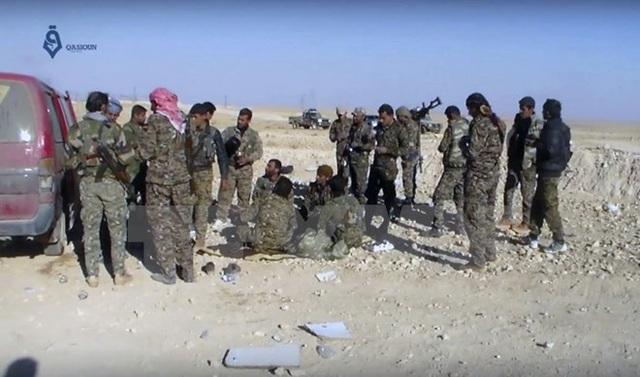 Lực lượng được Mỹ ủng hộ làm nhiệm vụ trong chiến dịch chống IS tại Ein Issa, phía Bắc Raqqa, Syria. (Nguồn: AP/TTXVN)