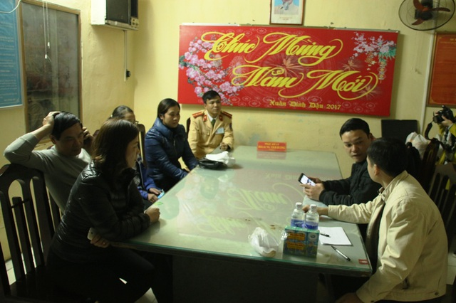 Đội CSGT thành phố Phủ Lý bàn giao cháu Quỳnh cho gia đình