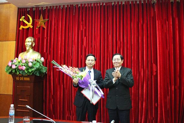 Bộ trưởng Lê Vĩnh Tân trao quyết định và chúc mừng ông Phạm Đức Toàn. Ảnh Moha.gov.vn