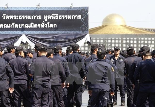 Cảnh sát Thái Lan chuẩn bị khám xét ngôi đền Wat Phra Dhammakaya ở tỉnh Pathum Thani ngày 16/2. (Nguồn: EPA/TTXVN)