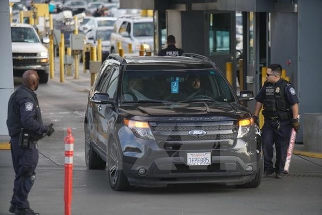 Nhân viên an ninh kiểm tra các phương tiện nhập cảnh vào Mỹ tại cửa khẩu San Ysidro, California ngày 10/2. (Nguồn: AFP/TTXVN)