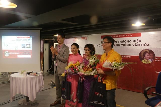 Nghệ sỹ Trí Nguyễn cùng khách mời trong buổi giao lưu với sinh viên