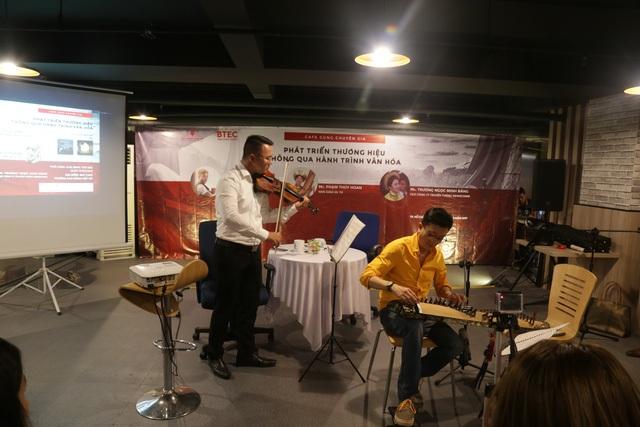 Nghệ sỹ Trí Nguyễn và piano Sơn Mạch biểu diễn hòa tấu