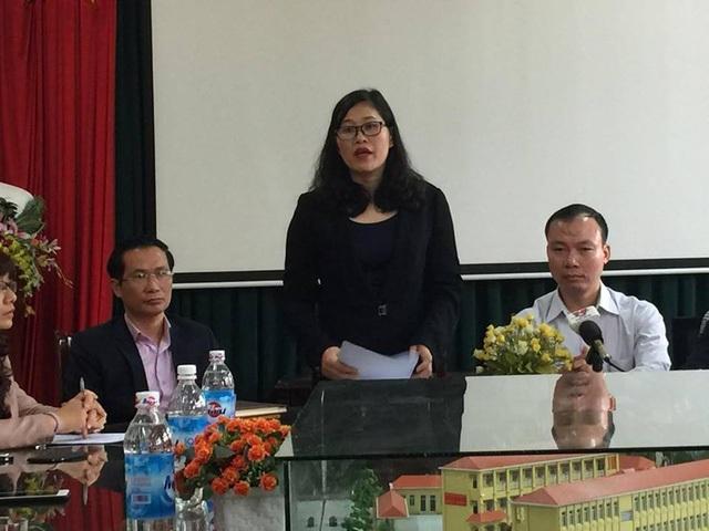 Bà Trịnh Thị Dung - Phó Chủ tịch UBND quận Cầu Giấy công bố quyết định cách chức.