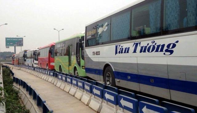 Hàng chục xe khách nối đuôi về Hà Nội phản ứng việc điều chuyển luồng tuyến - 5