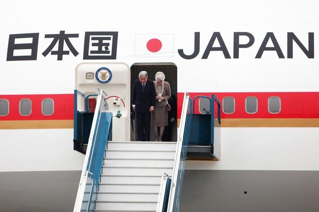 Nhà vua và Hoàng hậu Nhật Bản cúi mình thi lễ từ cửa máy bay.