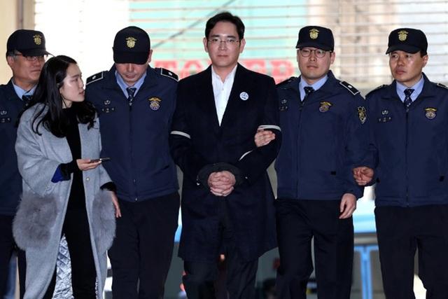 Vì liên quan đến bê bối của Tổng thống bị luận tội Park Geun-hye, Phó Chủ tịch tập đoàn Samsung Lee Jae-yong đã bị bắt giữ hôm 17-2 và bị truy tố chỉ 10 ngày sau đó. Ảnh: Getty.