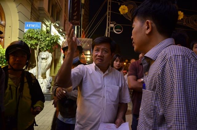 Ông Đoàn Ngọc Hải - Phó Chủ tịch quận 1 giao trách nhiệm trực tiếp cho lãnh đạo phường Bến Nghé tại hiện trường