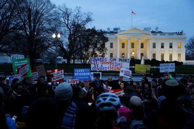 Ông Trump liên tiếp bị phản đối vì lệnh nhập cư mới ban hành. Ảnh: Reuters
