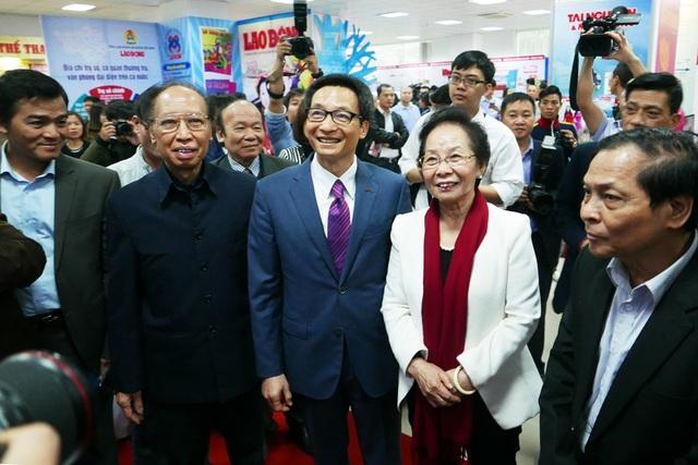 Phó Thủ tướng Vũ Đức Đam (giữa) và nguyên Phó Chủ tịch nước, Chủ tịch Hội Khuyến học Việt Nam Nguyễn Thị Doan thăm gian trưng bày của Báo Dân trí tại Hội báo toàn quốc 2017 (Ảnh: Quý Đoàn).