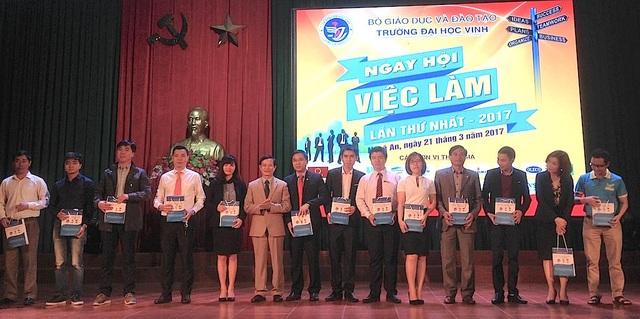 PGS.TS Ngô Đình Phương - Phó hiệu trưởng Trường Đại học Vinh thay mặt cho ban tổ chức trao quà và hoa cho các đơn vị đồng hành cùng chương trình Ngày hội việc làm lần thứ nhất năm 2017.