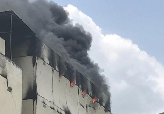 Tòa nhà nhỏ vẫn bốc cháy mạnh và có dấu hiệu sập tường