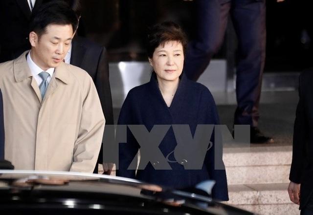 Tổng thống Hàn Quốc bị bãi nhiệm Park Geun-hye (phải) rời Văn phòng Công tố quận Trung tâm Seoul sau phiên thẩm vấn ngày 22/3. (Nguồn: AFP/TTXVN)
